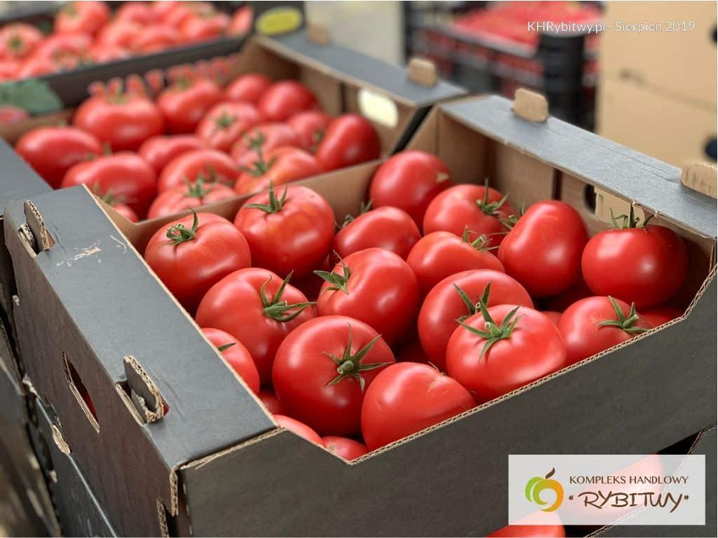 Pomidory malinowe w ofercie placu handlowego rybitwy