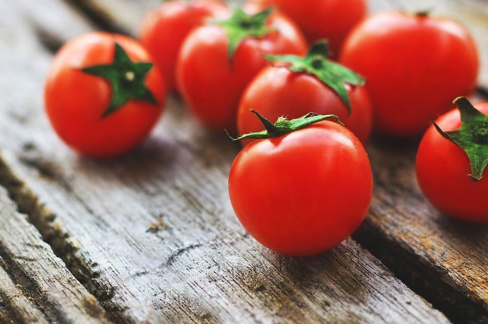 Smaczne i dorodne pomidory