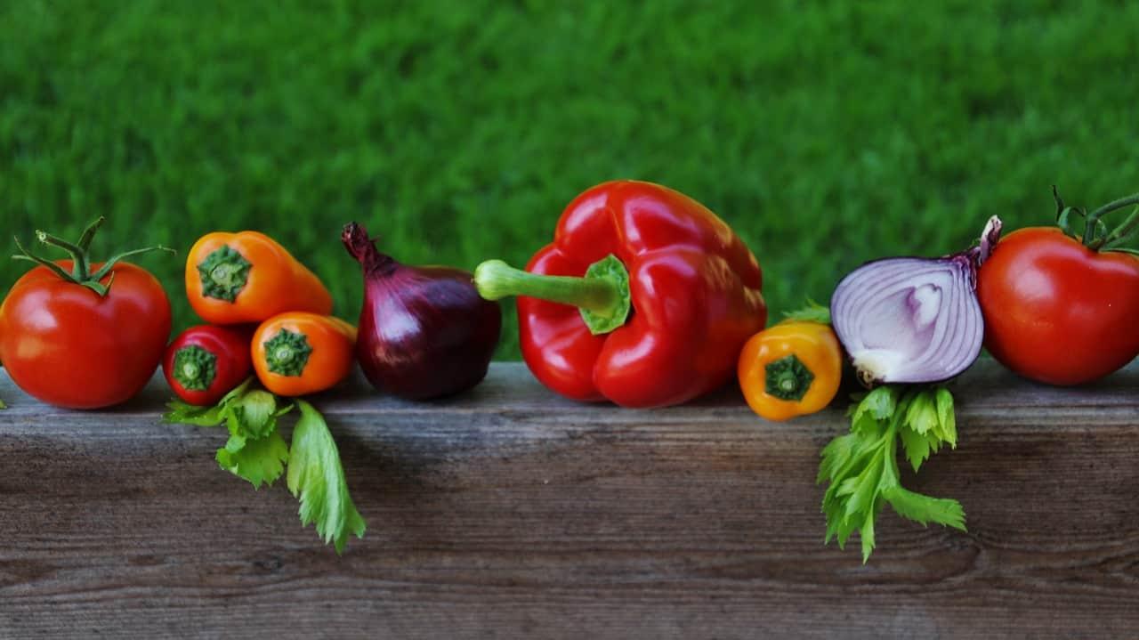 Grupa czerwonych warzyw w ekspozycji poziomej