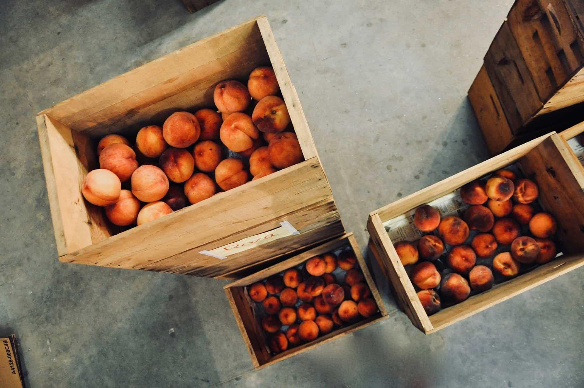 Brzoskwinie w skrzynkach